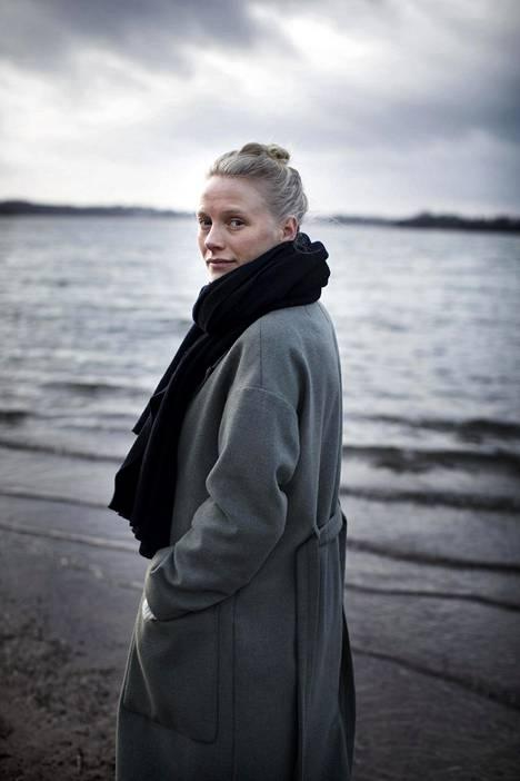 Näyttelijä Laura Birn opetteli maalaamaan ymmärtääkseen taidemaalari Helene Schjerfbeckiä. Valmistautuessaan rooliin hän löysi taiteilijasta intohimoisen ja raivoisan puolen.