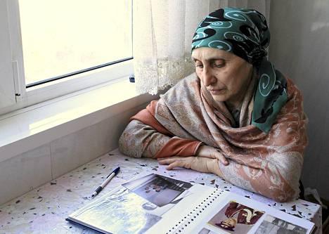 Patimat Suleimanova katseli perhealbumia kotonaan Dagestanissa maanantaina.