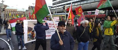 Helsingissä osoitettiin lauantaina mieltä Turkin Syyriaan tekemää hyökkäystä vastaan.