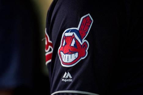 Virnistävä punakasvoinen intiaanipäällikkö Chief Wahoo katosi Cleveland Indiansin pelipaidan hihoista jo ennen kauden 2019 alkua. Nyt seura pohtii koko nimensä vaihtamista.