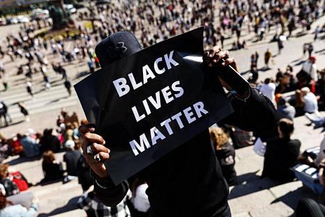 Black Lives Matter -mielenosoitukseen Helsingin Senaatintorilla osallistui keskiviikkona noin 3 000 ihmistä.
