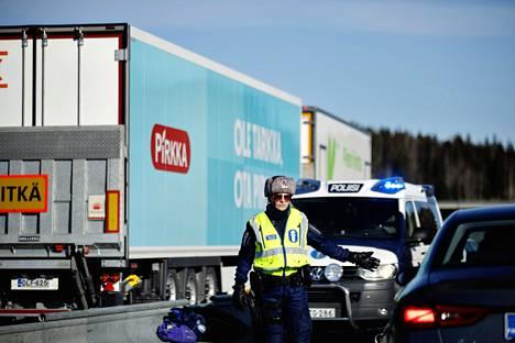 Poliisi valvoi Uudenmaan rajaa Valtatie 1:llä sunnuntaina.