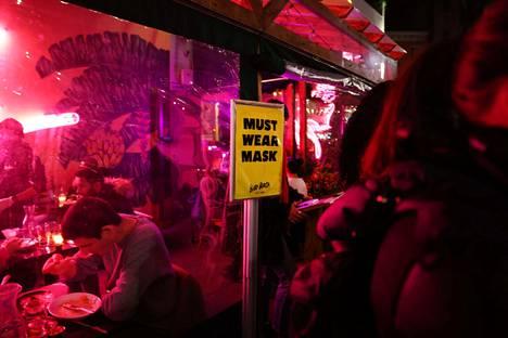 Tutkijoiden mukaan muunnos havaittiin New Yorkissa marraskuussa otetuista näytteistä. Ihmisiä ravintolan terassilla New Yorkin kaupungissa keskiviikkona.
