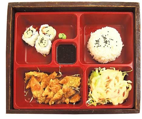 Eväslaatikon, benton, lokeroissa ateria kulkee mukana.