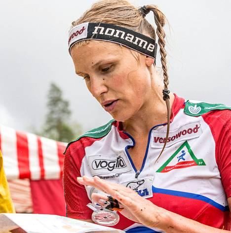 Syyskuun lopulla Minna Kauppi kilpailee Vierumäellä yösuunnistuksen SM-kilpailussa, johon hän pääsee mukaan erikoisluvalla. Se vaaditaan, koska kilpailua isännöi hänen seuransa Lahden Suunnistajat-37.