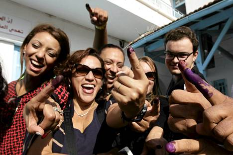 Tunisialaiset näyttivät äänestämisessä värjäytyneitä sormenpäitään pääkaupunki Tunisissa sunnuntaina.