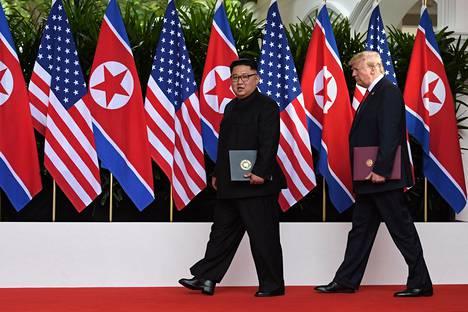 Yhdysvaltojen presidentti Donald Trump ja Pohjois-Korean johtaja Kim Jong-un astelivat tiistaina Singaporessa lavalle tasatahtia.