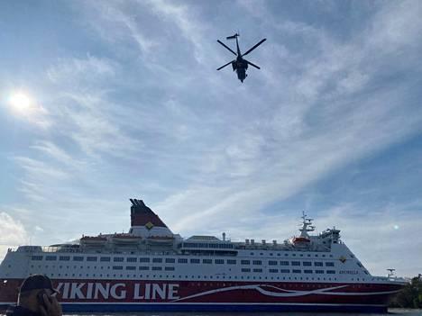 Helikopteri lensi Amorellan yläpuolella sunnuntaina, kun laiva oli ajettu rantaan.