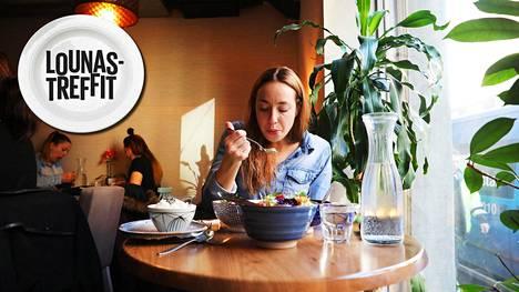 """""""On aika huono juttu, jos saan ravintolassa pahempaa ruokaa kuin itse teen"""", juontaja Anni Hautala sanoo lempiravintolassaan Twisted Street Kitchenissä. Täällä ruoka maistuu."""