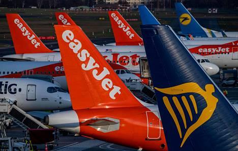 Halpalentoyhtiöiden Easyjet ja Ryanair lentokoneita Tegelin lentokentällä Saksan Berliinissä joulukuussa 2019.