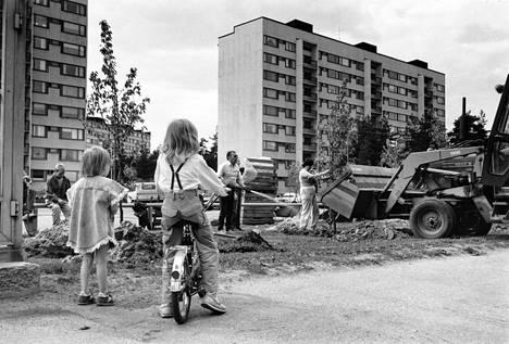 Lapset seurasivat, kun Kontulassa istutettiin talkoilla puita 1980-luvulla.
