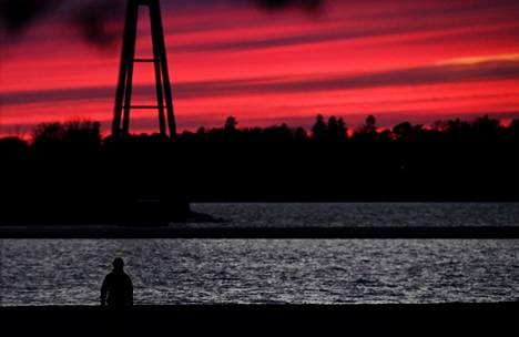 28. maaliskuuta: Auringonlaskun punaama taivas Hietalahden yllä.
