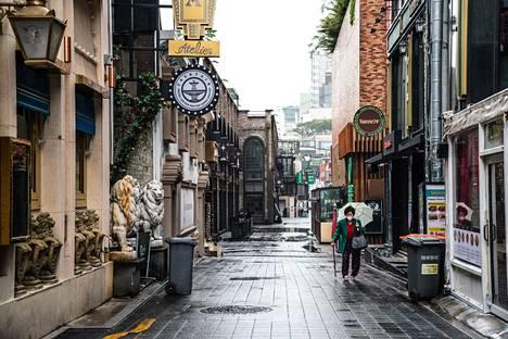 Nainen käveli tyhjällä kadulla Etelä-Korean pääkaupungissa Soulissa toukokuun 15. päivänä.