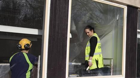 Denice Robson suojasi Vartiokylän ala-asteen tiivistettäviä tiloja viime viikolla. Homeista koulua korjaillaan jälleen.