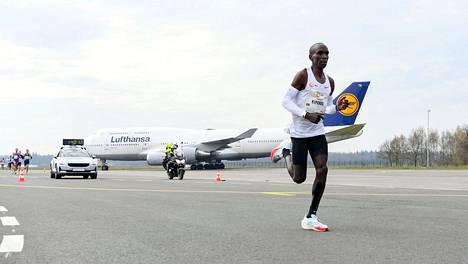 Eliud Kipchoge juoksi maratonkisan voittoon Twenten lentokentällä.