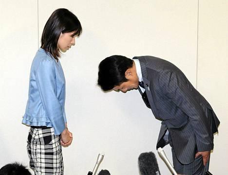 Tokion kaupunginvaltuuston jäsen Akihiro Suzuki pyysi nöyrästi anteeksi valtuuston jäsen Ayaka Shiomuralta seksististä käytöstään Tokion kaupungintalolla maanantaina.