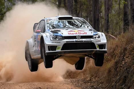 Jari-Matti Latvala kuvattiin ajamassa Volkswageniaan Australian MM-rallissa perjantaina.