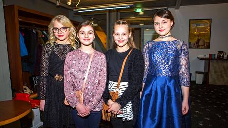 Lilja Nassar ja Hilma Koskinen (keskellä) kävivät haastattelemassa Onnelia ja Annelia, eli Lilja Lehtoa (vas.) ja Aava Merikantoa.