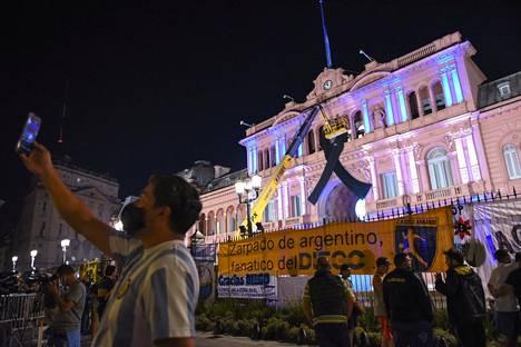 Presidentinlinnan edustalle kerääntyi keskiviikkoiltana ihmisiä.