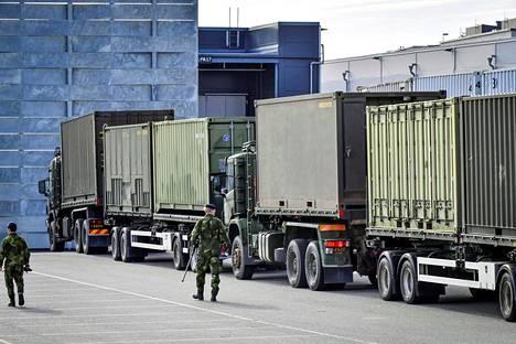 Ruotsin puolustusvoimien väkeä Tukholmassa messukeskuksen viereen rakennattavan väliaikaissairaalan valmistelutöissä maanantaina.
