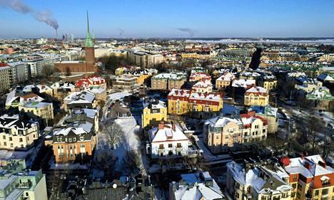 Helsingin Eiran lumisia kattoja helmikuussa. Helsingin, Tampereen ja Oulun hinnat nousivat eniten.