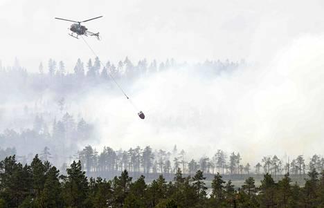 Helikopteri sammutti suurta metsäpaloa Keski-Ruotsin Ljusdalissa keskiviikkona. Muista EU-maista saadut helikopterit ja sammutuslentokoneet ovat olleet Ruotsin palojen rajaamisessa ratkaisevassa roolissa.