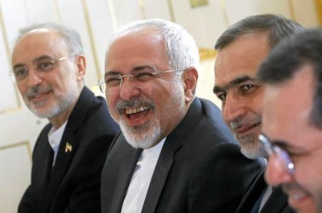 Iranin ulkoministeri Javad Zarif nauroi ydinneuvottelujen aluksi Wienissä tiistaina.
