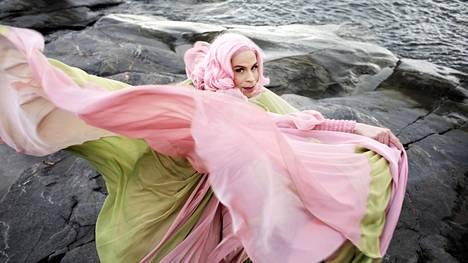 """Cristal Snow'ta on toistuvasti pyydetty lehtiin """"omana itsenään, ilman meikkiä"""". Se tuntuu hänestä oudolta, sillä meikattuna ja pukeutuneena hän nimenomaan on oma itsensä. """"Vaikka kotona olenkin tietysti pieruverkkareissa."""""""
