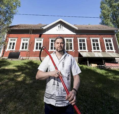 Hannu Lehtola remontoi vanhaa kansakoulua 18 vuotta eikä valmista tullut. On aika luopua, vaikka osa sydämestä jää Korkeenojan koululle.