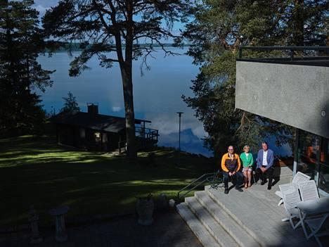 Olvin tuotantojohtaja Lauri Multanen, henkilöstöpäällikkö Anne Mäntyaho ja toimitusjohtaja Lasse Aho tekevät työtä idyllisessä ympäristössä Poroveden maisemissa.