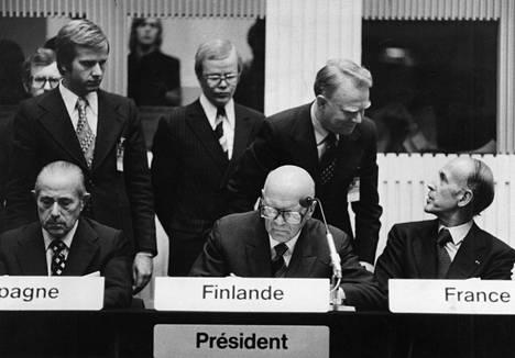 ETYKin huippukokouksen päätösasiakirjan allekirjoitus Helsingissä vuonna 1975. Carlos Arias Navarro (vas.), Urho Kekkonen, Valery Giscard d'estaing.