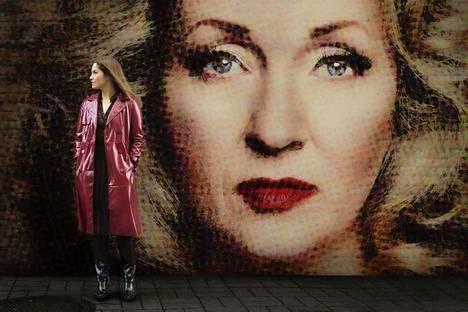 Kaikki äidistäni -näytelmän pääosissa nähdään muun muassa Katariina Kaitue ja Annika Poijärvi (vas.).