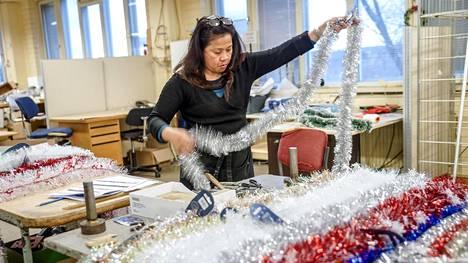 Regina Riissanen valmistelee näytteitä tammikuussa koittavia messuja varten.
