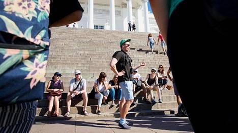 Kävelykierros alkoi Senaatintorilta. Oppaana toimi tällä kertaa kierroksia järjestävän Green Cap Toursin myyntijohtaja Mikael Penttilä.