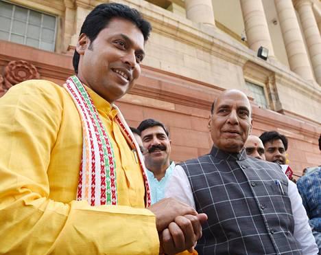 Intian Tripuran osavaltion pääministeri Biplab Deb (vas.) puhui asuntoministeri Rajnat Singhin kanssa Intian parlamentissa maaliskuussa.