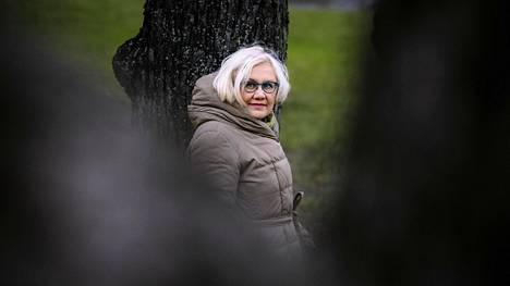 """""""Täytyy olla joku taiteenmuoto, mihin peilata tunteita ja ajatuksia, ei sen tarvitse välttämättä olla kirja"""", yleisen kirjallisuustieteen professori Heta Pyrhönen sanoo."""
