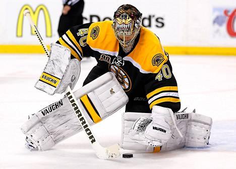 Boston Bruinsin Tuukka Rask torjuu Detroit Red Wingsien laukauksen toisessa erässä.