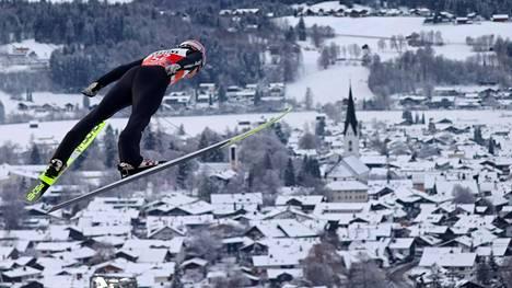 Saksan Karl Geiger Keski-Euroopan mäkiviikon avauskilpailun harjoituksissa 29. joulukuuta 2020. Taustalla Oberstdorfin kylän keskusta.