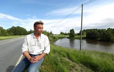 Auto syöksyi hyiseen jokeen Esa Laaksosen silmien edessä. Laaksonen onnistui pelastamaan autoa kuljettaneen miehen.