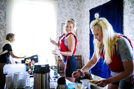 Vantaalainen Suvi Niinimäki saapuu raparperipiirakalle Villa Salmelaan tamperelaisen ystävänsä Minna Kivelän kanssa. He ovat meloneet matkan Vuosaaresta kahvilalle ja jatkavat matkaansa Villingin saaressa sijaitsevaan Kristallilahteen.