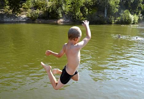Uimari hyppäsi veteen Vantaalla Vetokannaksen uimarannalla 5. elokuuta.