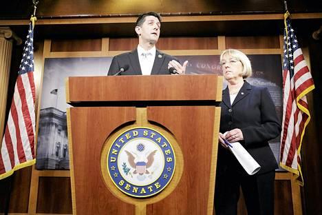 Republikaani Paul Ryanin (vas.) esitteli sopua yhdessä demokraatti Patty Murrayn kanssa Washingtonissa tiistaina.
