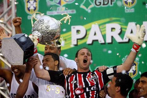 Sao Paulon maalivahti Rogerio Ceni nosti Brasilian mestaruuden voittopokaalia Bizerraon stadionilla vuonna 2007.