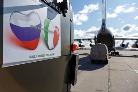 Venäjän puolustusministeriön lennättämää avustuskuljetusta Italiaan lastattiin Moskovan lähistöllä sijaisevalla sotilaslentokentällä 22. maaliskuuta.