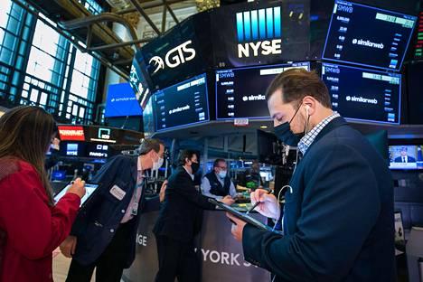 Yhdysvalloissa inflaatiovauhti kiihtyi huhtikuussa merkittävästi. Odotuksia nopeampi inflaatio ravisteli osakemarkkinoita viime keskiviikkona. Osakkeiden välittäjät seurasivat New Yorkin pörssissä tarkkaavaisesti, mitä markkinoilla tapahtui.