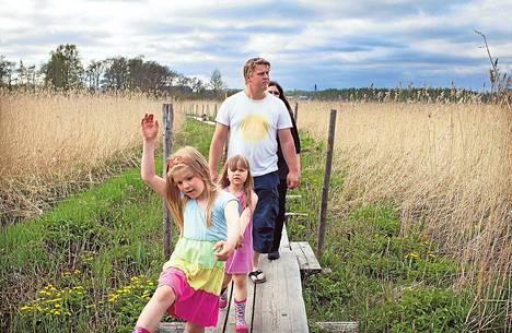 Venla, Anna, Tapio ja Agneta Sailavuo löysivät kesäpaikan kaupungista. Saarimökkiin pääsee pitkospuita.