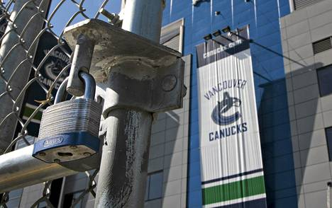 Vancouver Canucksien kotikenttä Rogers Arena oli lukittuna sunnuntaina. NHL:n työsulku estää pelaajia käyttämästä seurojen tiloja harjoitteluun.