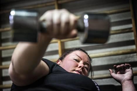 Voimanostaja Johanna Laitinen harjoittelee 4-5 kertaa viikossa.