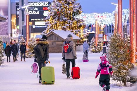 Turisteja Rovaniemen keskustassa viime vuoden joulukuussa.