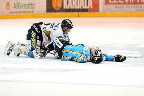Justin Hodgman makasi jäällä Miikka Salomäen taklauksen jäljiltä.